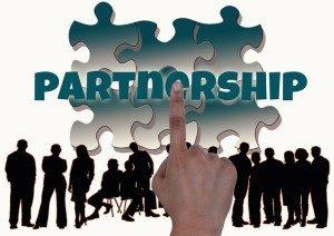 8833cd989a0e1af0_640_mettre-en-place-un-partenariat-300x212-1